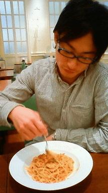おしゃれにパスタを食べるアベショ
