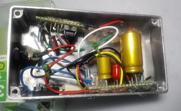 左上にあるのが昇圧回路