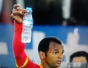 お水をプレゼントされたダニエルさん