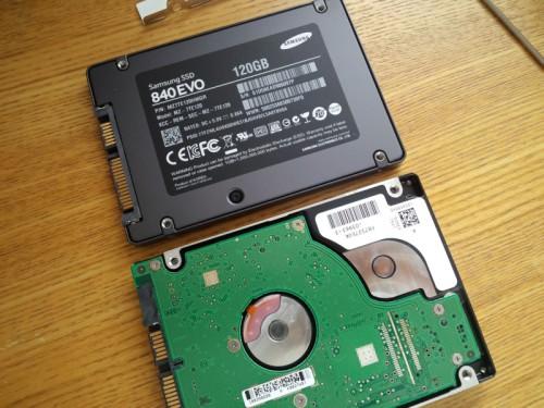 SSDにさっき外したアルミの金具を付けます